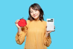 財布と電卓を持つ女性